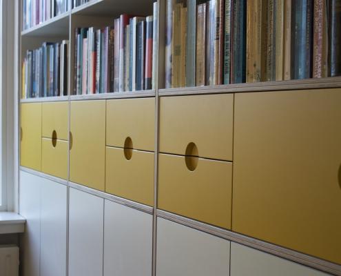 boekenkast van multiplex